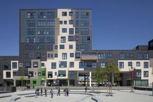 7. Het centrale plein van Het Gebouw. Een grote dazzle-painting verbindt alle delen van het project. • Foto Luuk Kramer
