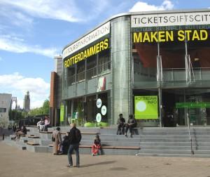 Aan het Binnenwegplein in Rotterdam ontwierp No Label een fraaie openbare trappartij rondom twee paviljoens van VVV en Rotterdam.Info.