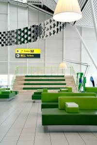 Tjep gaf lounge 4 in Schiphol een houten tribunetrap met grasgroene zittingen • Foto Mike Bink