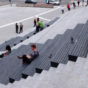 Jaarbeursplein Utrecht, een fietsenstalling van drie verdiepingen ligt verborgen onder grote tribunetrappen, ontwerp architectenbureau Kraaijvanger