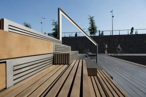 Tribunetrap Zouthaven Amsterdam, ontwerp studio Prototype, bestaat uit twee verblijfsplekken met houten zitelementen ter weerszijden van aluminium geprofileerde delen van de functionele trap. Foto Jeroen Musch