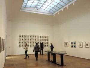 Tentoonstellingszaal met foto's van Germaine Krull. Foto Jacqueline Knudsen.