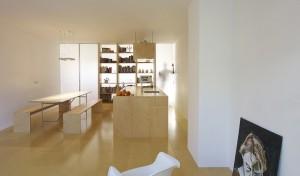 11.Alle afmetingen in huis zijn 40 cm of een veelvoud daarvan,' zegt Dooghe. 'De woonkamer is 480 cm, het keukenblok 120, de eettafel 80 en de banken en vloerdelen zijn 40 cm breed.' De scheidingswand tussen woon- en werkkamer bestaat uit drie boekenkasten van ieder 80 cm. Deze zijn net als de kasten in de gang, voorzien van lichtdoorlatende, polycarbonaat deuren. Door de deuren te verschuiven kun je de kast of de ruimte afsluiten en de sfeer open of intiemer maken. De multiplex zij- en tussenwanden maken ook hier verbinding met de vloer. Het hout loopt optisch door en verbindt alles. Dooghe: 'Het huis is helemaal af. Over ieder detail is nagedacht. Als ik iets ga veranderen, moet ik alles aanpassen.'