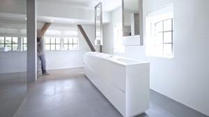 Badkamer in Warffum. Het vrijstaande meubel is ontworpen door Studiodoccia en custom made door NotOnlyWhite. De rozetten van de kranen (Vola) zijn verzonken in het Himacs blad.
