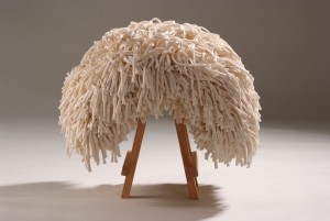 De Funky Dread Stool (2010) is een kruk met een bos dreadlocks van katoenen restmateriaal uit de textielindustrie.