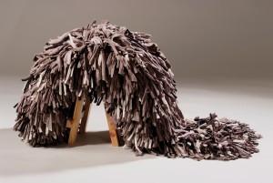 De Funky Dread Stool (2010) is een kruk met een bos dreadlocks van katoenen restmateriaal uit de textielindustrie