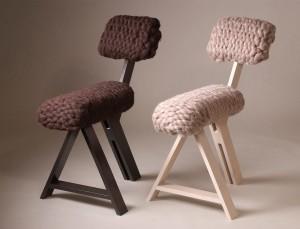 Bij de Sheep Chair (2010) moet je van tevoren bedenken hoe je gaat zitten. Daarmee laat Van Goor mensen anders kijken naar een stoel en zo het product intensiever ervaren.