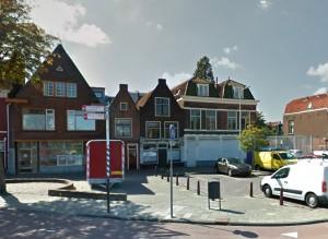 Lammermarkt Leiden met de vier huizen die worden gesloopt voor de uitbreiding van de Lakenhal, en waarin Verwoest Huis plaatsvindt
