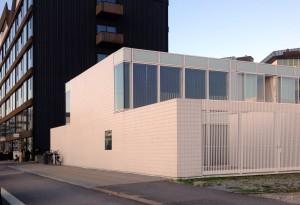 After bigness Kopenhagen (Denemarken). In reactie op Kopenhagen's iconische architectuur deze laagbouw in Islandsbrygge. Interessante wending van vorm naar interactie, maar met weinig urbane coherentie.