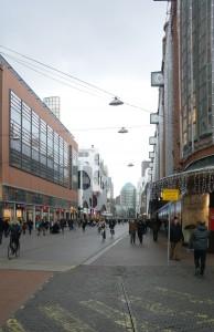 De Grote Marktstraat gezien vanaf Sijthoff City met rechts de Bijenkorf en links de Barbara Plaza en daarachter de Nieuwe Haagse Passage.