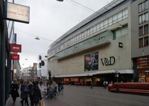 De Grote Marktstraat gezien vanaf de Spuimarkt met van rechts naar links: V&D, Nieuwe Haagse Passage, Barbara Plaza, P&C en Marks & Spencer. Rechts het nieuwe straatmeubilair van Lana du Croq