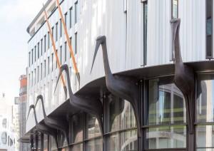 Detail Sijthoff City met ooievaars, het symbool van Den Haag.