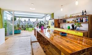 1. De verrijdbare tafel is gemaakt van sloophout van het dak, de bankjes van sloophout van Rotterdam CS. Foto Jonathan Collingridge