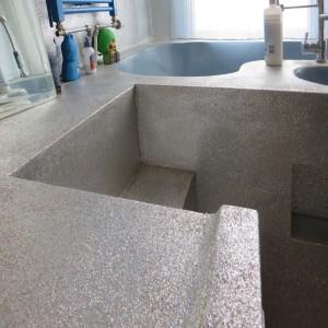 11. Glitter Badkamer met podium, waarop de douche staat en waaruit het bad en de wastafel is gesneden. Foto Jacqueline Knudsen