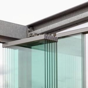 4. De zij- en achterwanden van het terras bestaan uit glazen panelen die in rails naar de hoeken schuiven en daar een kwartslag scharnieren. Foto Jonathan Collingridge