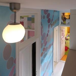 10. Het behang op de gang is een grote print naar ontwerp van Nadine Roos. Foto Jacqueline Knudsen