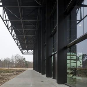 De kolommen staan aan de buitenzijde van de glasgevel en zijn opgebouwd uit 4 staalplaten. Foto Luuk Kramer.