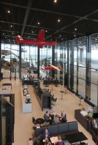 Ook in het restaurant zijn vliegtuigen opgehangen.  Foto Jacqueline Knudsen