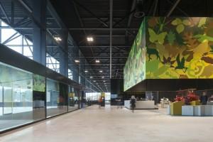 De entree en museumwinkel op de verdieping zijn gemarkeerd met een vierkant kleurig doek met militaire en natuursymbolen.  Foto Luuk Kramer.