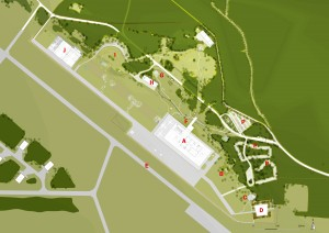 Het museumkwartier A museum B commandobunker C stiltetuin D herdenkingsplein E startbaan F stormbaan G gebouw 45 uit 1910 H hangar uit 1928 I arena J depot P parkeerterrein