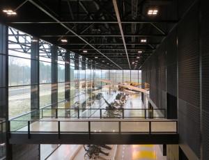 Noordvleugel, vanuit de donkere doos lopen balkons naar de gevels. De glazen gevelpanelen zijn 5 meter breed. Een trekdraad aan de dakconstructie draagt het gewicht van de bovenste glasplaten.  Foto Jacqueline Knudsen.
