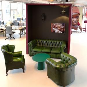 De 75 werkplekken in het Warchild kantoor in Amsterdam zijn flexibel maar verdeeld in verschillende zones voor concentratie of juist ontmoeting. Grote muurkasten zijn geassembleerd uit tweedehands kasten. Ontwerp Eckhardt