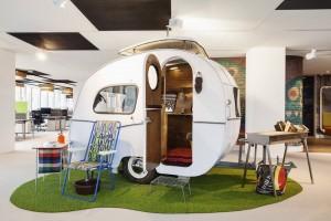 In het Nederlandse hoofdkantoor van Google in Amsterdam zijn geen flexplekken maar wel informele ontmoetingsplekken, zoals een vergaderruimte in een originele Otten caravan. Ontwerp D/Dock • Foto's Alan Jensen