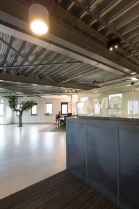 Het interieur van AMP Logistics in Houten combineert een industriële look en intieme huiskamerambiance met traditionele kantoorefficiëntie. Ontwerp René Mensink • Foto Chris van Koeverden