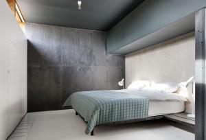 In het souterrain zijn drie slaapkamers met hoge vensters