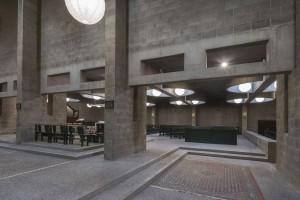 Het indirecte lichtspel in de kerk, de zachte overgangen tussen de verschillende ruimten en de losse plaatsing van het altaar en de kapellen te midden van de daaromheen vloeiende ruimte, zorgt voor een steeds wisselende relatie tussen bezoeker en gebouw. Foto Peter de Ruig uit het boek.
