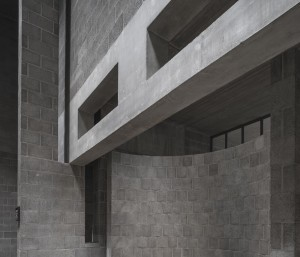 Architraven met openingen en het net niet aansluiten van de verschillende onderdelen verzacht de overgang tussen de verschillende ruimtes. Foto Peter de Ruig uit het boek