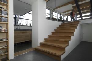 De trappen zijn van bamboe