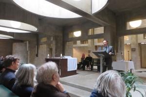 Benno Tempel, directeur van het Haagse Gemeentemuseum,  sprak zijn bewondering voor het bijzondere gebouw uit, tijdens de boekpresentatie in de Pastoor van Arskerk in Den Haag. Foto Jacqueline Knudsen.
