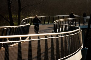 Nederland, Amsterdam, 15 jan 2007 Amsterdam IJburg. Brug voor fietsers, fietsbrug over het Amsterdam-Rijnkanaal, de Nesciobrug. Prachtig vormgegeven brug, uitsluitend voor fietsers. Hangbrug. Het pad naar de uiteindelijke oversteek staat op palen en slingert prachtig.   foto (c) Michiel Wijnbergh