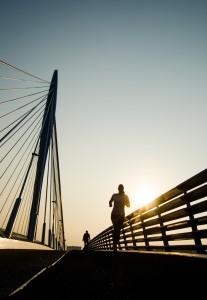 Nederland, Utrecht, 3 okt 2014 Jogger, hardloper, op de Prins Clausbrug. De Prins Clausbrug is een tuibrug die de verbinding vormt over het Amsterdam-Rijnkanaal, tussen de Utrechtse gebiedsdelen Kanaleneiland en Papendorp. De brug is een ontwerp van Ben van Berkel, Foto: (c) Michiel Wijnbergh