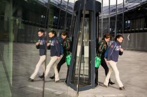 Nederland, Utrecht, 20 okt 2014 Entre van het nieuwe stadskantoor van Utrecht. Mensen verlaten de draaideur en worden gespiegeld in de glazen wand van het gebouw. Foto: (c) Michiel Wijnbergh