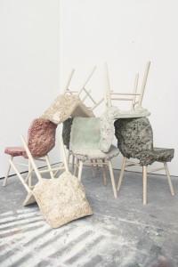 Well Proven chairs (2012). Bij de productie van meubels blijft zeker 50% van het hout als afval achter. Van Aubel vond een manier om resthout samen met biohars te combineren tot een foam dat uitzet tijdens het verwarmen in de oven. Door kleur toe te voegen maakt ze zo allerlei kleuren stoelen op vier simpele poten van Amerikaans essenhout. De vorm van de stoel wordt deels bepaald door hoe het materiaal zich gedraagt tijdens het proces.