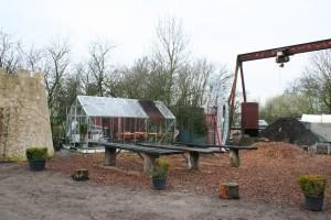 Het terrein achter  de Metaal Kathedraal wordt ingericht als terrein voor workshops en manifestaties en als tuin