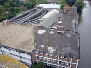 Zicht vanaf watertoren. Het Pastoecomplex bevat in het midden een restant van de 17e eeuwse buitenplaats Rotsenburg en de tegelfabriek uit 1893, daaromheen loodsen van UMS/Pastoe uit de periode 1926-1969.