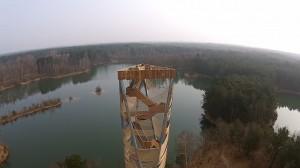 Landschap rond de toren, still uit film Monique Bogaerts, gefilmd vanuit een drone