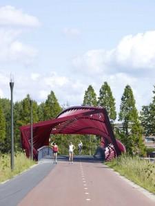 Fiets- en wandelbrug over de Vlaardingse Vaart in Vlaardingen, heet officieel De Twist, maar in de volksmond werd het al snel De Wokkel