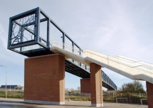 Passerelle, spoorbrug bij Roosendaal. Ontwerp: West 8. Een grote overspanning over de sporen, waarbij de brug de link moest leggen tussen het industriële karakter van de treinen en het spoor en de menselijke maat
