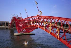 Voetgangersbrug op Borneo Sporenburg in Amsterdam. Ontwerp West