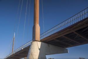 Fietsbrug over de A27, geïnspireerd op de maritieme historie van Harderwijk. Won in 2014 de FSC keten-award. Foto's John Lewis Marshall