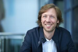 Rogier van der Heide (1970) begint zijn carrière als lichttechnicus in het theater en start 1994 de lichtstudio Hollands Licht, die in 2004 wordt overgenomen door Arup