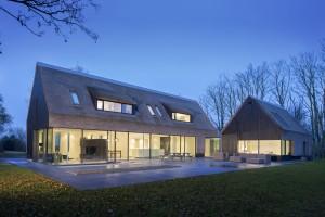 Eigentijds langhuis door grassodenridder architecten - Gevel eigentijds huis ...