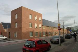 Nieuwbouwwoningen met geïntegreerde zonnepanelen aan de Broekhovenseweg. Op de hoek is een accent gemaakt.