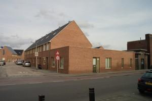 Een van de patiowoningen op de hoek van de Broekhovenseweg en Meesstraat vormt een overgang tussen bestaande bouw en nieuwbouw.