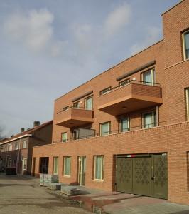 Het nieuwe appartementencomplex met inpandige parkeergarage in het centrum van de wijk. Het nieuwe plein is nog in aanbouw.