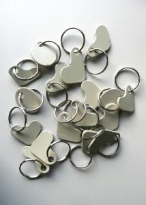 Van de vormen die uit de aluminium zonneschermen zijn gesneden, zijn sleutelhangers voor het schoolpersoneel gemaakt.